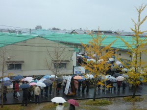 雨の中の行列