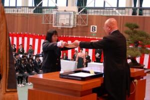 植物科学科代表への卒業証書授与