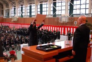 動物科学科代表への卒業証書授与