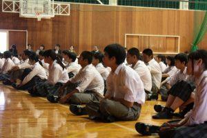 熱心に講義を聴く生徒