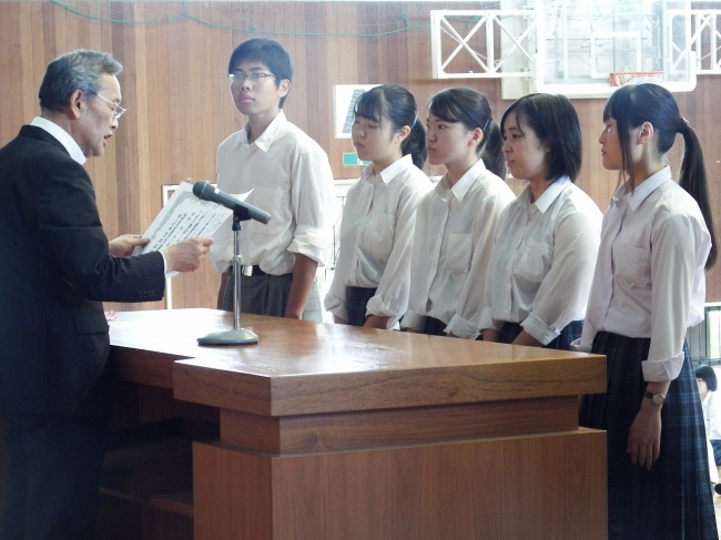 三島校長より賞状を受け取る生徒