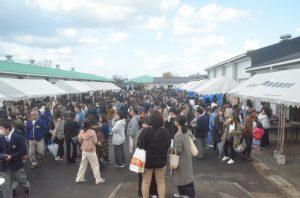 たくさんの来場者で賑わう食の広場