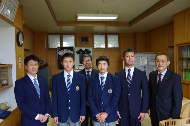前列左より塩野副会長、垣田選手、樋口選手、大畑監督、三島校長、後列 山根教頭