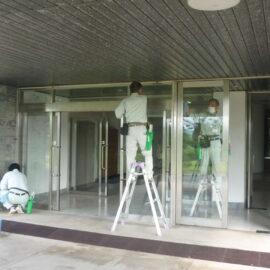 島根県ビルメンテナンス協同組合様に正面玄関のガラス清掃のボランティア活動を行っていただきました。